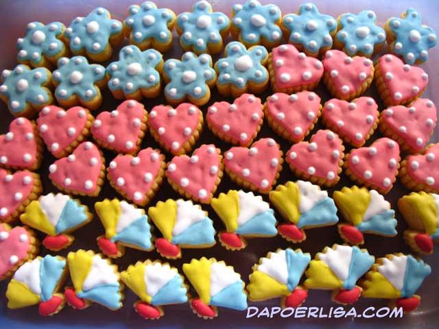 Cookies ini saya cetak berbagai bentuk dan dihias dg royal icing warna ...